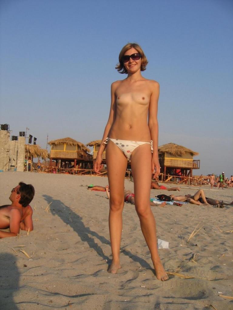 【おっぱい天国】海外のヌーディストビーチでおっぱい丸出しの外人ネキ、ただし勃起したらボコボコにされる模様・・・・(画像あり)・35枚目