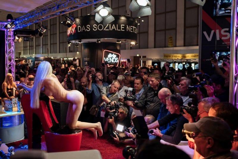 """【エロの祭典】毎年ドイツで開催される世界最大のエロの展示会""""Venus Berlin""""、これは是非行ってみたいなwwwwww(画像)・17枚目"""