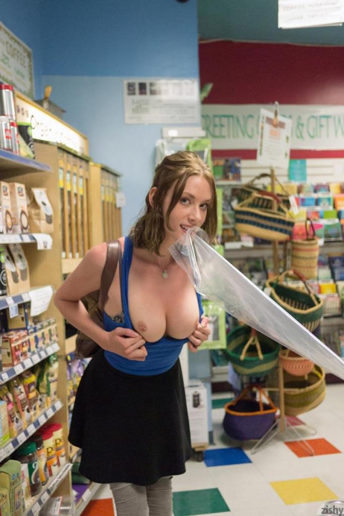 【変態速報】営業中のスーパー店内で露出プレイを楽しむ変態外人まんさん、正直これはガチで見たい・・・・・(画像)・8枚目