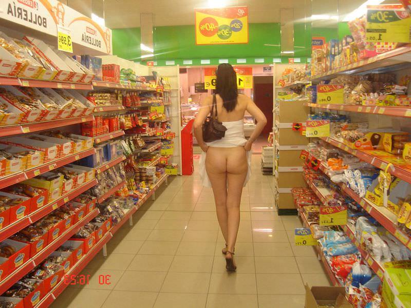 【変態速報】営業中のスーパー店内で露出プレイを楽しむ変態外人まんさん、正直これはガチで見たい・・・・・(画像)・11枚目