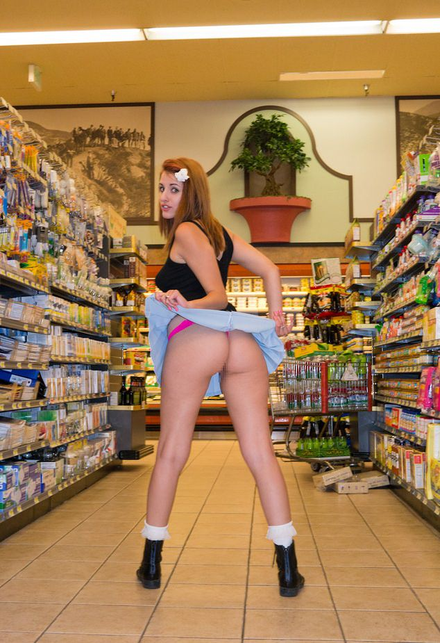 【変態速報】営業中のスーパー店内で露出プレイを楽しむ変態外人まんさん、正直これはガチで見たい・・・・・(画像)・15枚目