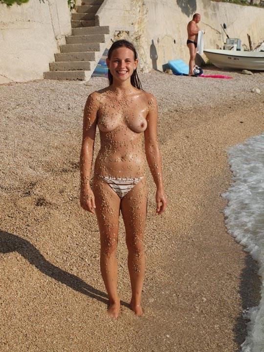 【保存推奨】海外のビーチに明らかに10代っぽい少女がおっぱい丸出しで居るんだけどwwwwww(画像あり)・14枚目