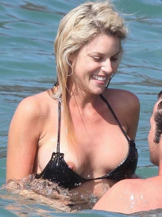 【お約束ハプニング】海水浴を楽しむ外人巨乳まんさん、波に水着がさらわれてお約束のパイモロを晒してしまうwwwwwww(画像)・2枚目