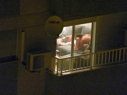 【公開セックス】ドラマみたいにデカいガラス窓の真横でセックスする外人カップル、これ日本だと逮捕だからなwwwww(画像あり)・5枚目