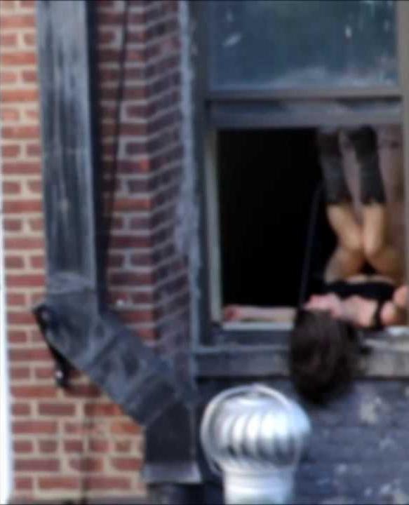 【公開セックス】ドラマみたいにデカいガラス窓の真横でセックスする外人カップル、これ日本だと逮捕だからなwwwww(画像あり)・6枚目