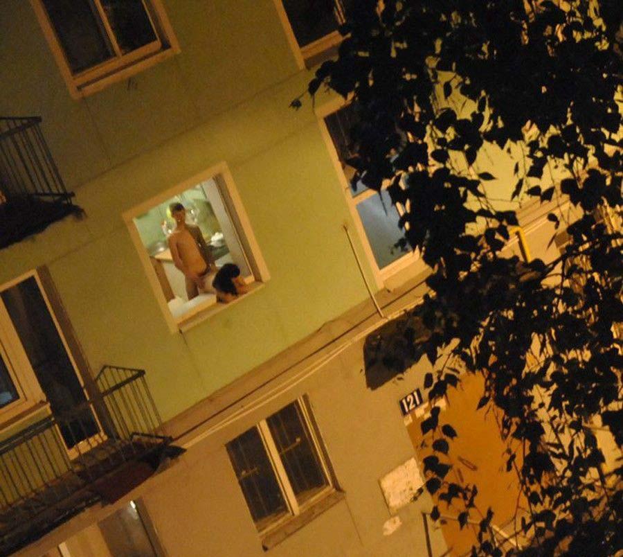 【公開セックス】ドラマみたいにデカいガラス窓の真横でセックスする外人カップル、これ日本だと逮捕だからなwwwww(画像あり)・12枚目