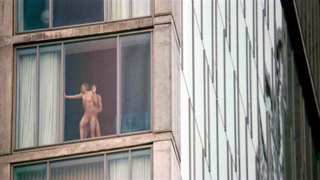 【公開セックス】ドラマみたいにデカいガラス窓の真横でセックスする外人カップル、これ日本だと逮捕だからなwwwww(画像あり)・17枚目