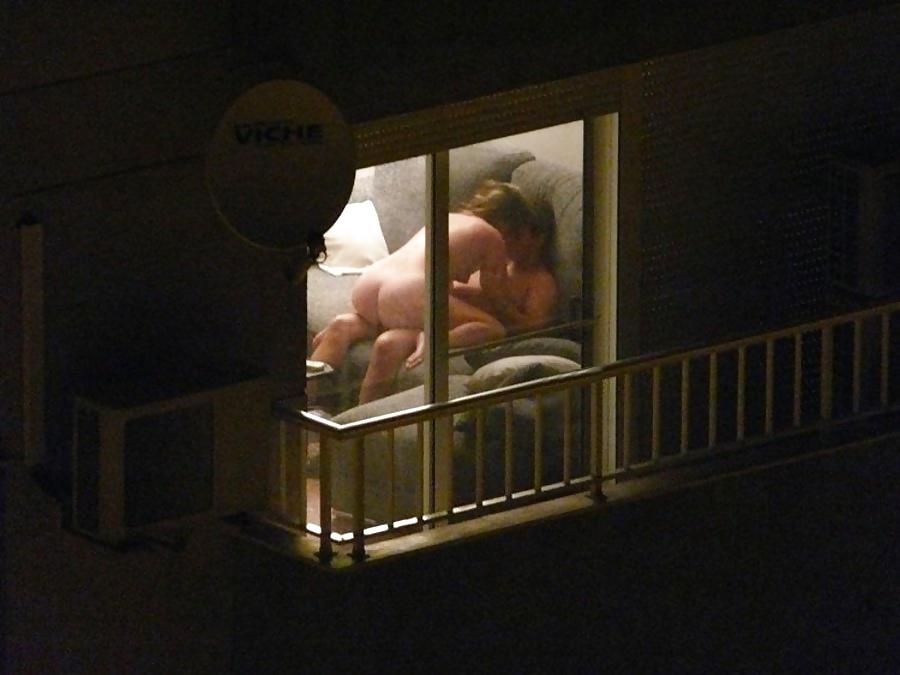 【公開セックス】ドラマみたいにデカいガラス窓の真横でセックスする外人カップル、これ日本だと逮捕だからなwwwww(画像あり)・21枚目