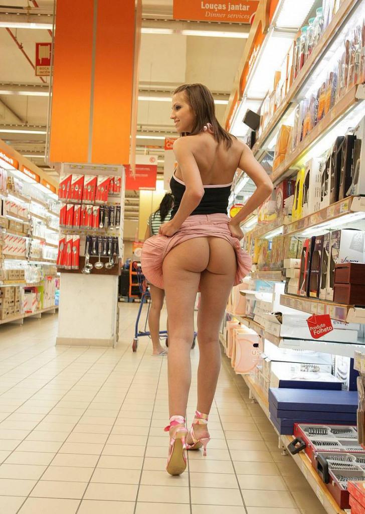 【変態注意】陽気な外人変態ネキ達のスーパーマーケット店内露出、子供が見たら泣くぞこれ・・・・(画像あり)・1枚目