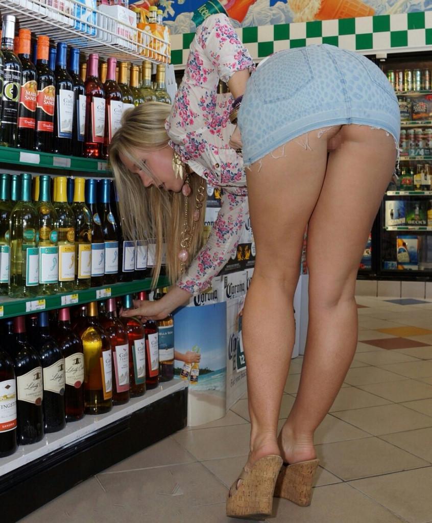 【変態注意】陽気な外人変態ネキ達のスーパーマーケット店内露出、子供が見たら泣くぞこれ・・・・(画像あり)・5枚目