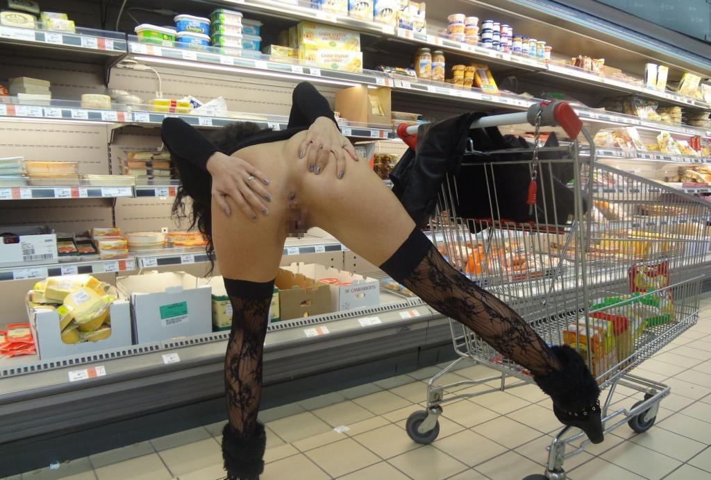 【変態注意】陽気な外人変態ネキ達のスーパーマーケット店内露出、子供が見たら泣くぞこれ・・・・(画像あり)・6枚目