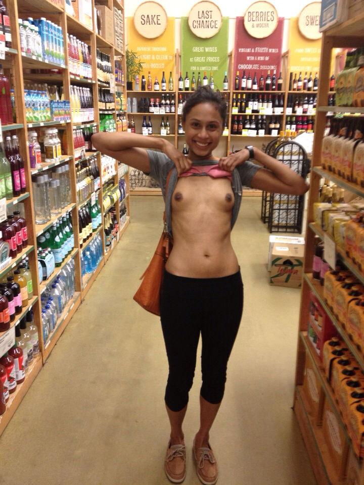 【変態注意】陽気な外人変態ネキ達のスーパーマーケット店内露出、子供が見たら泣くぞこれ・・・・(画像あり)・25枚目