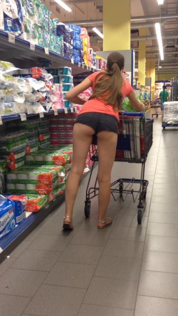 【変態注意】陽気な外人変態ネキ達のスーパーマーケット店内露出、子供が見たら泣くぞこれ・・・・(画像あり)・38枚目