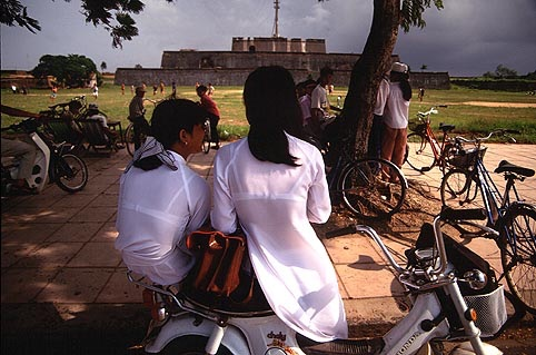 【アオザイ少女】ベトナムのアオザイという清楚なようでエロエロな見た目の民族衣装wwwwwww(画像50枚)・28枚目