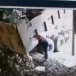 【不運】瓦礫を満載したダンプから荷下ろし中の作業員を襲った事故、これ死んだんじゃない?(動画)