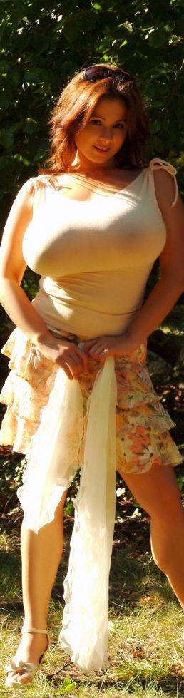 【保存推奨】色白で最高に柔らかそうな白人ロシア系美女のマシュマロおっぱい、揉みた過ぎて草wwwwwww(画像あり)・14枚目